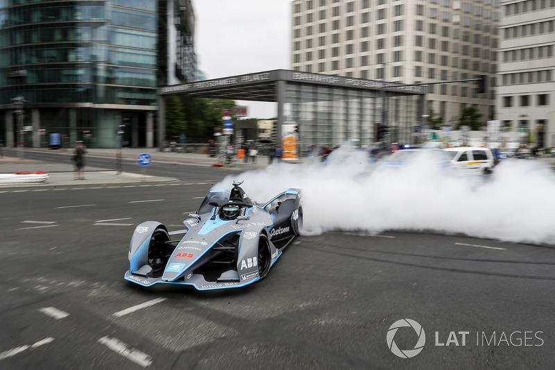 El campeón mundial de Fórmula 1, Nico Rosberg, conduce el Fórmula E Gen2 por las calles de Berlín