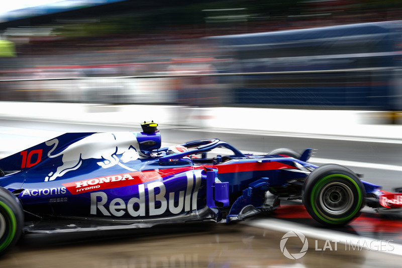 14. Pierre Gasly, Toro Rosso STR13, leaves the garage