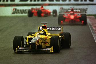 Damon Hill, Jordan 198 lidera a Michael Schumacher, Ferrari F300 y Eddie Irvine, Ferrari F300