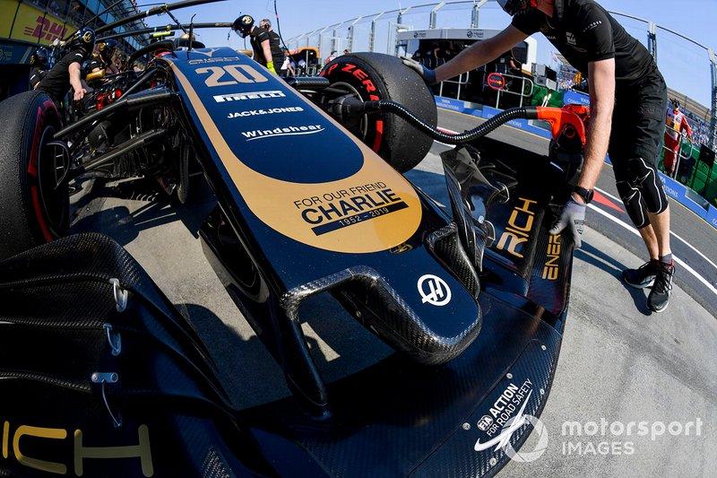 Kevin Magnussen, Haas F1 Team VF-19, au stand