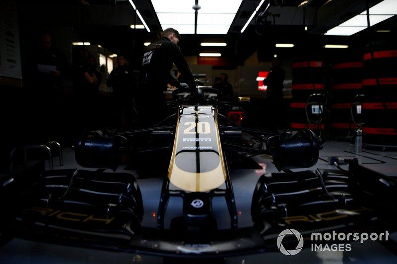 Haas VF-19 dans le garage