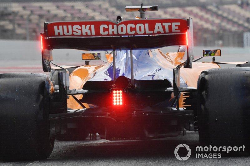 Lando Norris, posteriore McLaren MCL34 e luce rossa