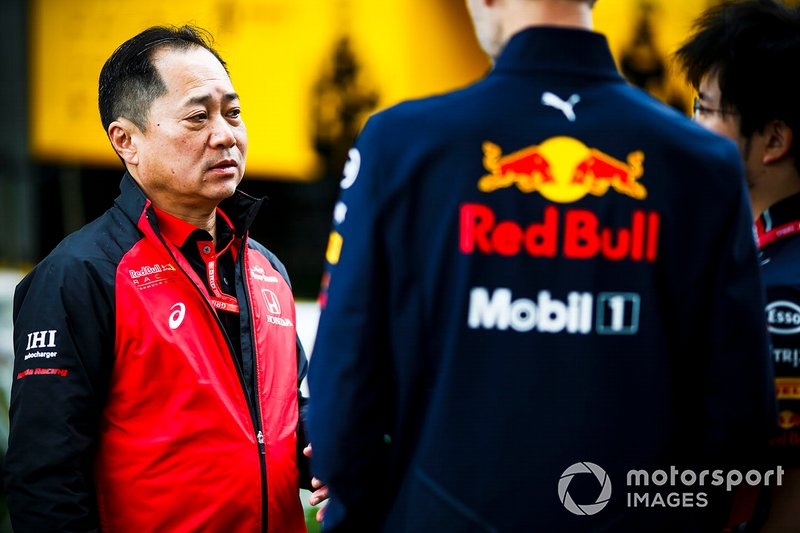 Toyoharu Tanabe, F1 Technical Director, Honda, talks with Red Bull team members