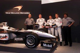 Ron Dennis, David Coulthard, Olivier Panis, Mika Hakkinen e Norbert Haug