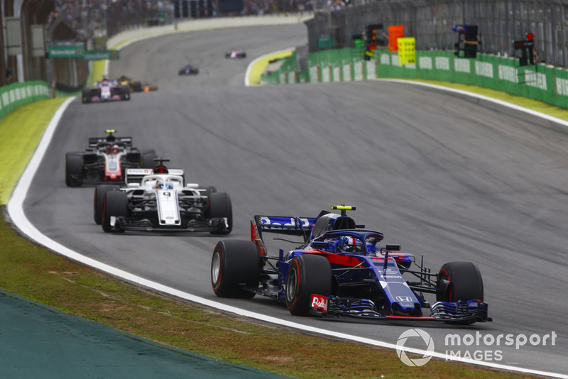 П'єр Гаслі, Scuderia Toro Rosso STR13, попереду Маркуса Ерікссона, Sauber C37, та Кевіна Магнуссена, Haas F1 Team VF-18