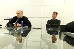 Franz Tost en James Key in het atelier van Scuderia Toro Rosso