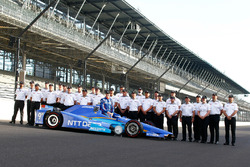 Scott Dixon, Chip Ganassi Racing Honda poses for front row photos with the Honda engineering staff