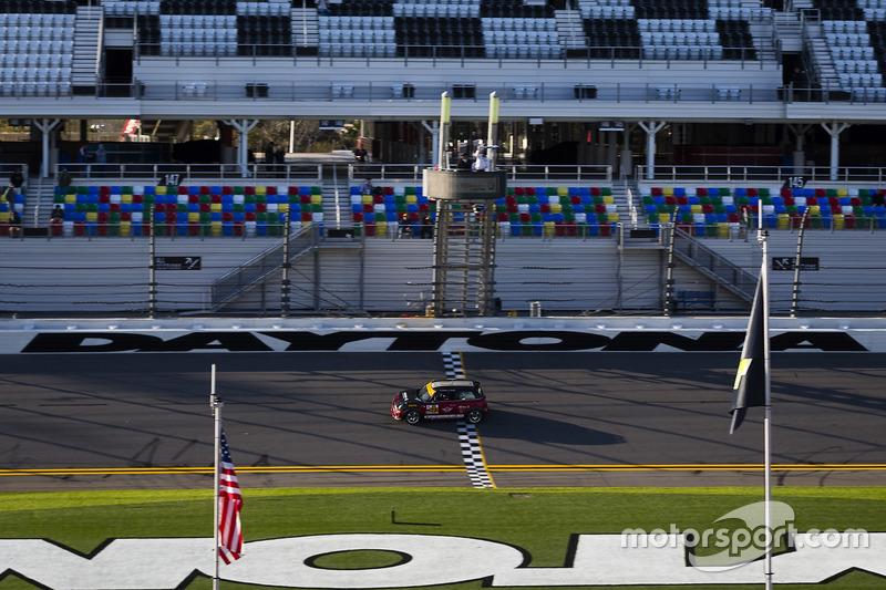 #73 MINI JCW Team MINI Cooper John Cooper Works: Derek Jones, Mat Pombo takes the checkered flag