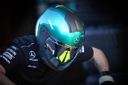Un miembro del equipo de Mercedes trabajando