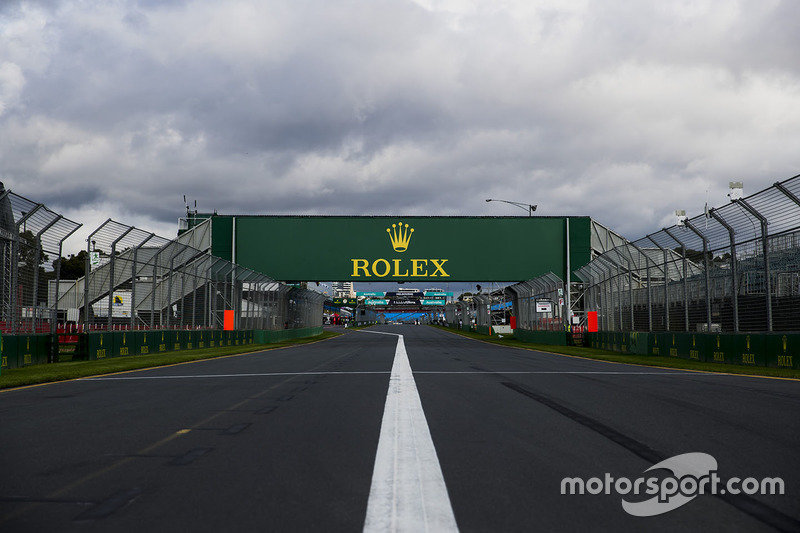 Detalle de la pista, incluyendo la marca Rolex en el puente recto de hoyo