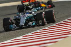 Valtteri Bottas, Mercedes AMG F1 W08 y Max Verstappen, Red Bull Racing RB13
