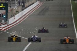 Фернандо Алонсо, McLaren MCL32, Маркус Эрикссон, Sauber C36, Джолион Палмер, Renault Sport F1 RS17