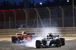 Valtteri Bottas, Mercedes AMG F1 W08, bloque les roues devant Sebastian Vettel, Ferrari SF70H
