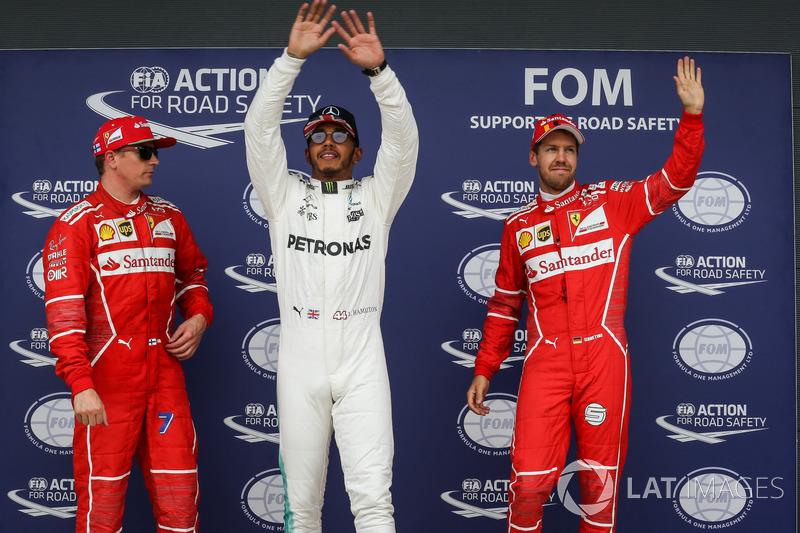 Ganador de la pole Lewis Hamilton, Mercedes AMG F1, Kimi Raikkonen, Ferrari y Sebastian Vettel, Ferrari celebran en parc ferme