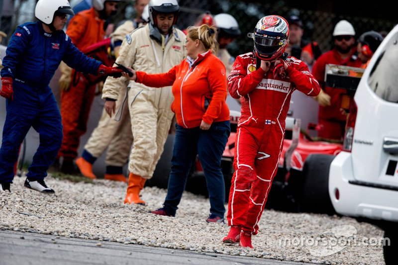 Kimi Raikkonen, sale desde su Ferrari SF70H tras estrellarse