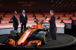 Yusuke Hasegawa, cadre supérieur, Honda, Eric Boullier, directeur de la compétition, McLaren, et le présentateur Simon Lazenby, sur scène pour la présentation de la McLaren MCL32