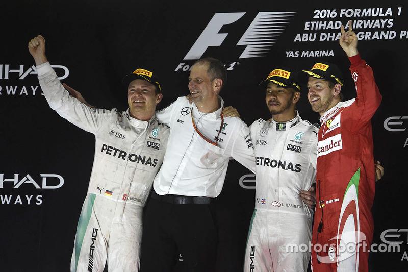 Podio: ganador de la carrera Lewis Hamilton, Mercedes AMG F1, segundo lugar y campeón del mundo Nico Rosberg, Mercedes AMG F1, tercer lugar Sebastian Vettel, Ferrari