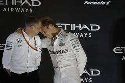 Нико Росберг, Mercedes AMG F1, и гоночный инженер Тони Росс