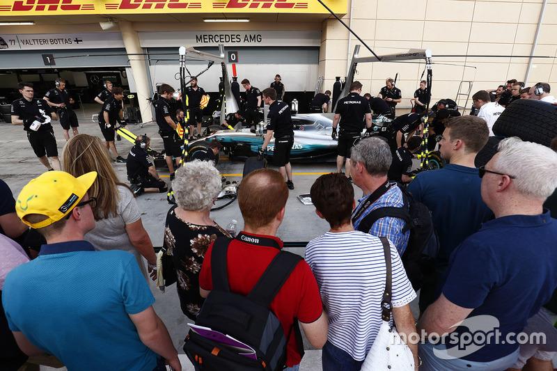Fans vor der Mercedes-Box