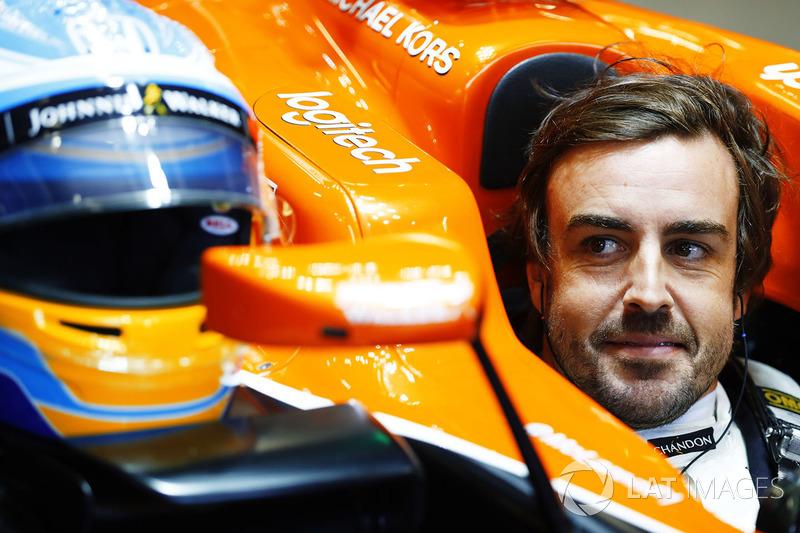 Fernando Alonso, McLaren MCL32, se sienta en su cabina