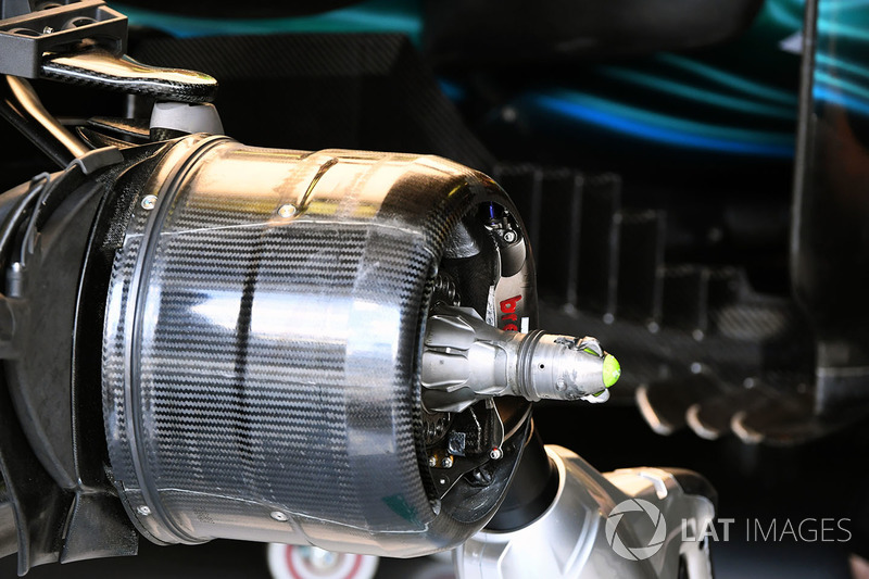 Mercedes-Benz F1 W08 Hybrid detalle del eje de rueda delantera