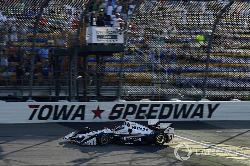 Еліо Кастроневес, Team Penske Chevrolet проїжджає повз картатий прапор
