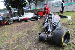 El McLaren MP4-31 de Fernando Alonso, McLaren y el Haas VF-16 de Esteban Gutierrez, Haas F1 Team dep
