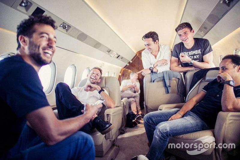 Даніель Ріккардо з іншими пілотами прямують на Гран Прі Росії