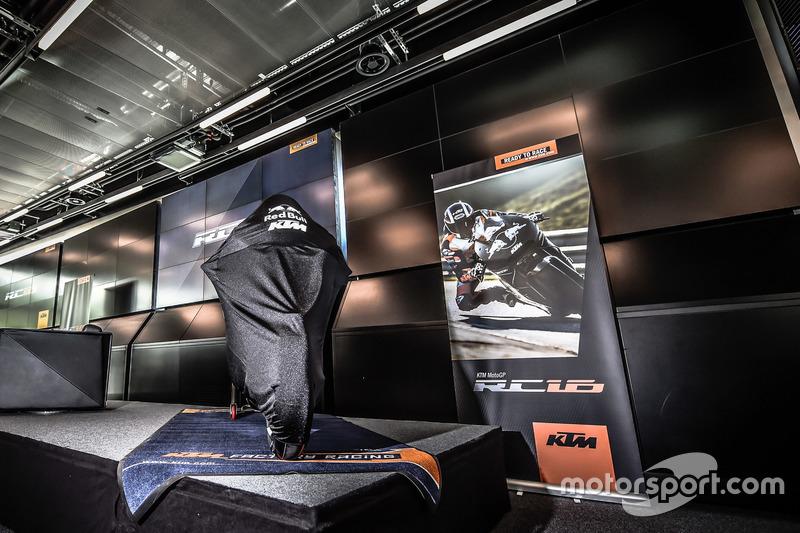 (No corrieron en 2016, fue presentación de cara a 2017) Moto KTM cubierta