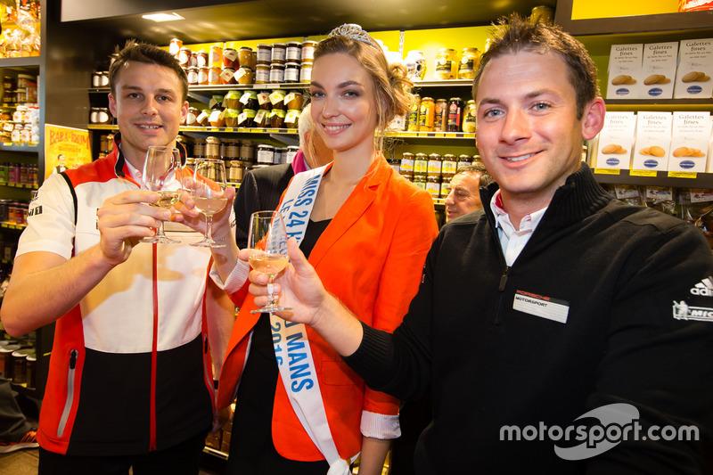Церемонія відбитку долонь: переможці 24-х годин Ле-Мана 2015 року Нік Тенді та Ерл Бамбер, Porsche Team, з Місс 24 години Ле-Мана-2016