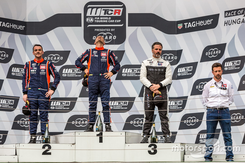 Podio: il vincitore della gara Gabriele Tarquini, BRC Racing Team Hyundai i30 N TCR, il secondo classificato Norbert Michelisz, BRC Racing Team Hyundai i30 N TCR, il terzo classificato Yvan Muller, YMR Hyundai i30 N TCR