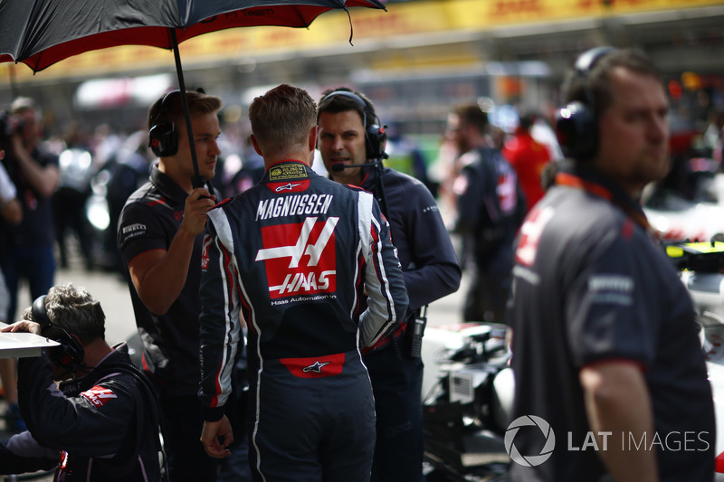 Kevin Magnussen, Haas F1 Team, on the grid with Haas F1 engineers