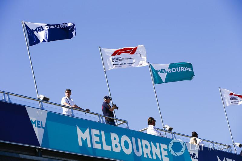 Las banderas de Melbourne y F1 vuelan en el circuito