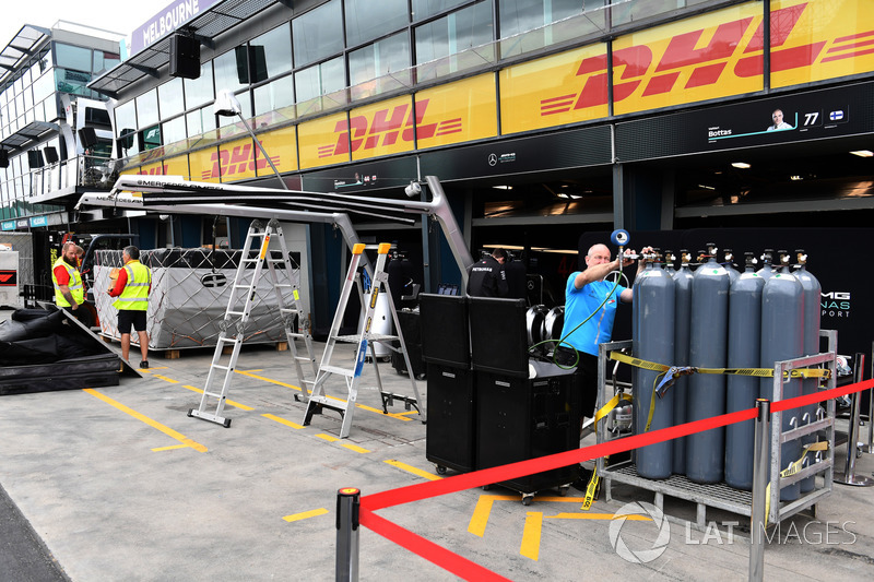 Alfa Romeo Sauber F1 Team freight and pit box preparations