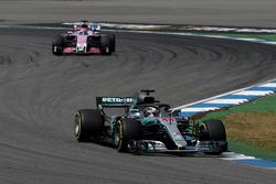 Lewis Hamilton, Mercedes-AMG F1 W09 en Sergio Perez, Force India VJM11