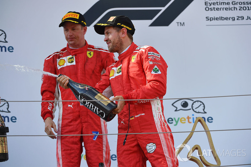 Sebastian Vettel, Ferrari et Kimi Raikkonen, Ferrari sur le podium avec le champagne