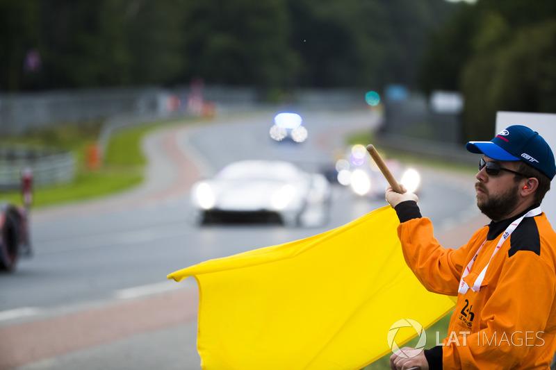 Un comisario ondea la bandera amarilla