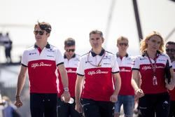 Charles Leclerc, Sauber parcourt la piste à pied avec Xevi Pujolar, ingénieur de piste en chef de Sauber et Ruth Buscombe, responsable de la stratégie de Sauber