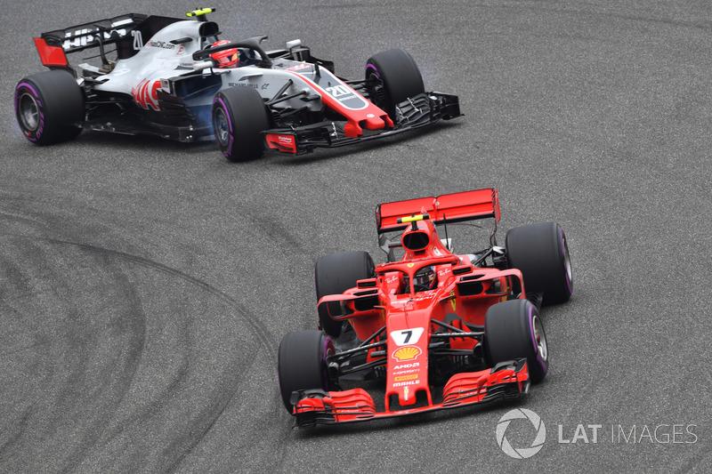Kimi Raikkonen, Ferrari SF71H VE Kevin Magnussen, Haas F1 Team VF-18