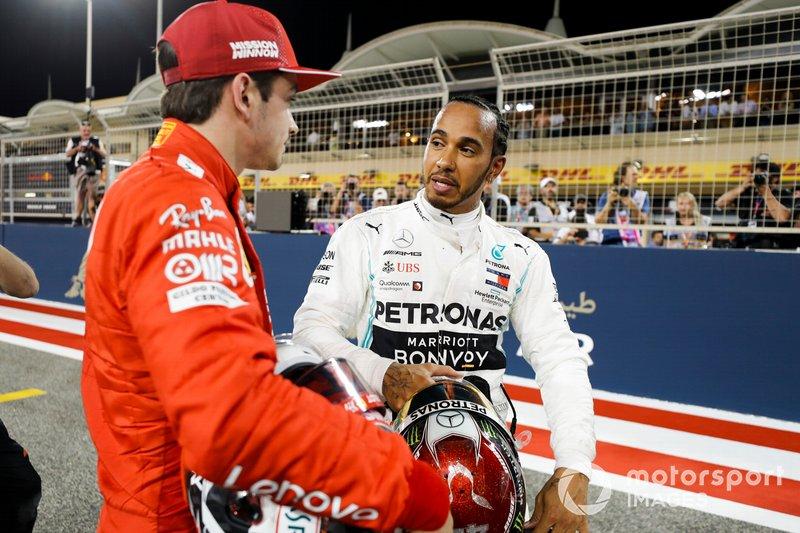 Charles Leclerc, Ferrari, festeggia la pole position nel parco chiuso con Lewis Hamilton, Mercedes AMG F1