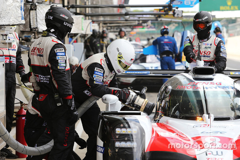#8 Toyota Gazoo Racing Toyota TS050: Sebastien Buemi, Kazuki Nakajima, Fernando Alonso, refuel
