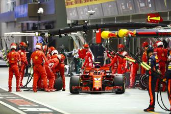 Kimi Raikkonen, Ferrari SF71H, na pitstop