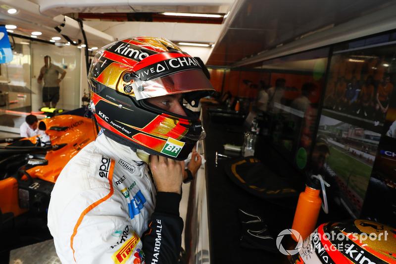 Stoffel Vandoorne, McLaren MCL33, met son casque dans le garage