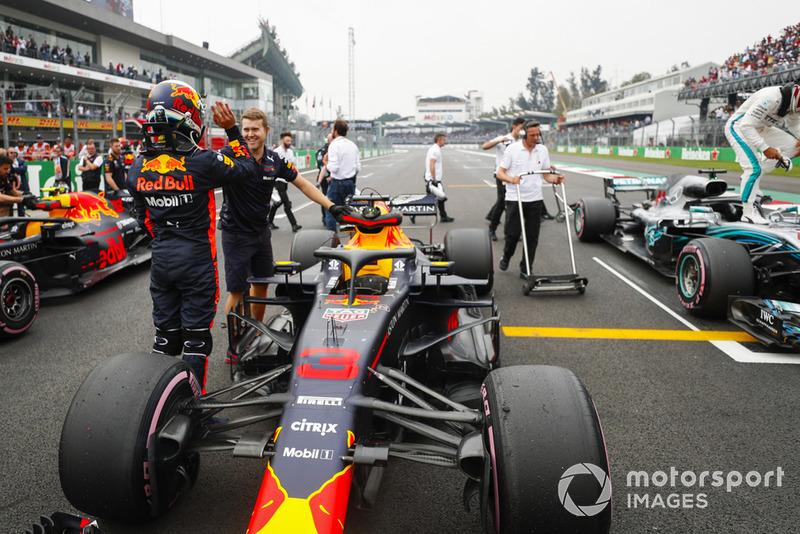Daniel Ricciardo, Red Bull Racing, celebra la pole en la parrilla después de la Clasificación