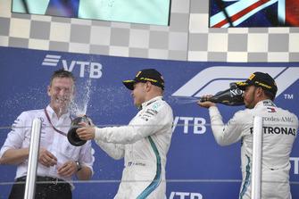James Allison, directeur technique Mercedes AMG F1, Valtteri Bottas, Mercedes AMG F1 et Lewis Hamilton, Mercedes AMG F1 s'aspergent de champagne sur le podium