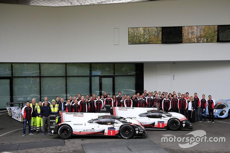 Команда Porsche робить фото з Porsche 919 Hybrid Evo