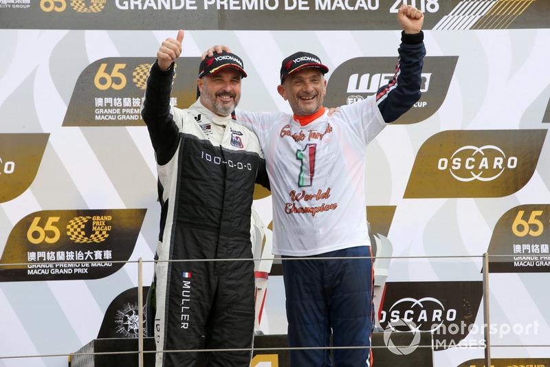 Podio: il Campione Gabriele Tarquini, BRC Racing Team Hyundai i30 N TCR, il secondo classificato Yvan Muller, YMR Hyundai i30 N TCR