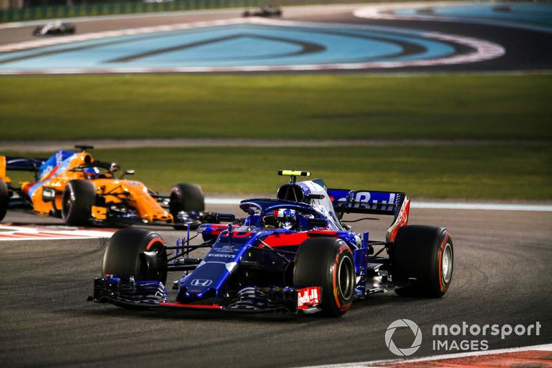 Pierre Gasly, Scuderia Toro Rosso STR13, precede Fernando Alonso, McLaren MCL33