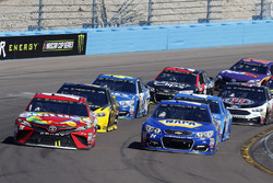 Chase Elliott, Hendrick Motorsports Chevrolet y Kyle Busch, Joe Gibbs Racing Toyota