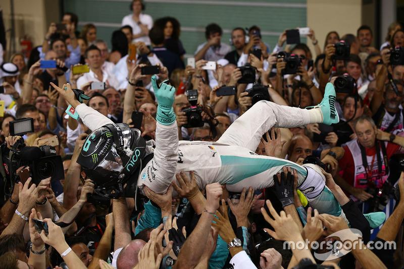 18: Гран Прі Абу-Дабі, Яс-Маріна. Друге місце і титул чемпіона світу Ніко Росберг, Mercedes AMG Petronas F1 святкує у закритому парку